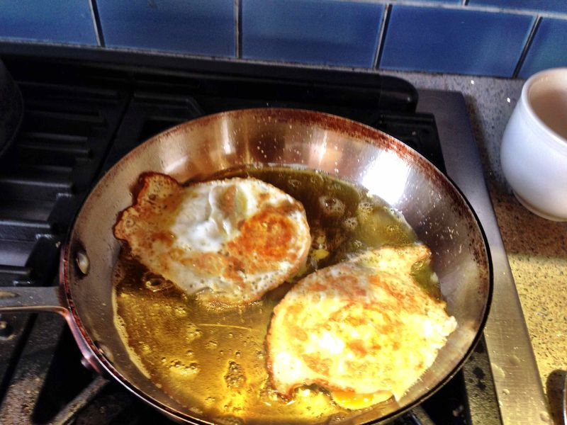 Olive_oil_eggs_pan_three